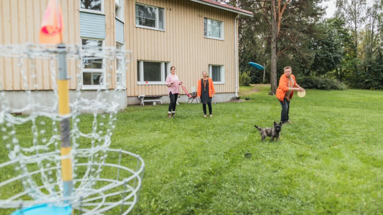Ihmiset pelaavat frisbeegolfia